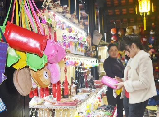 Hue Night Market - shopping in hue