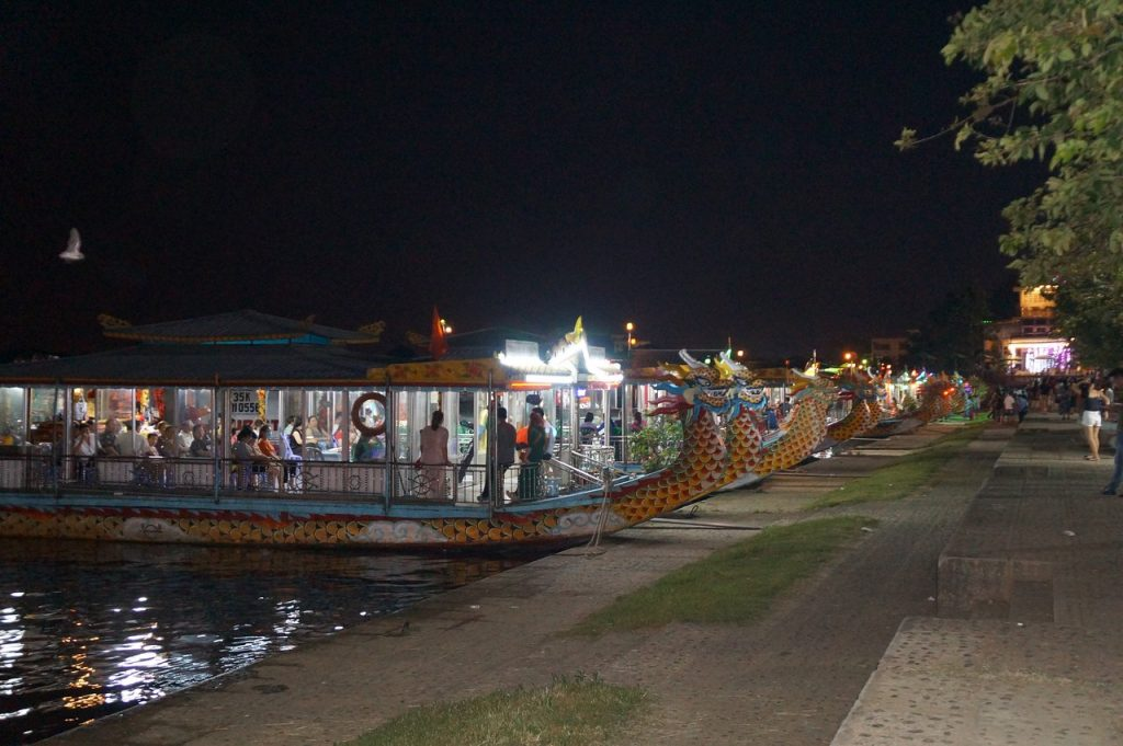 Hue Night Market - ben toa kham